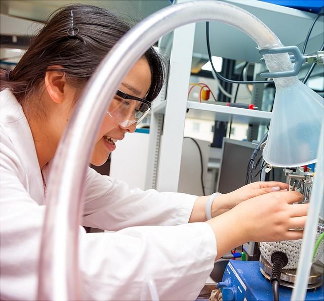 Wissenschaftlerin im chemischen Labor