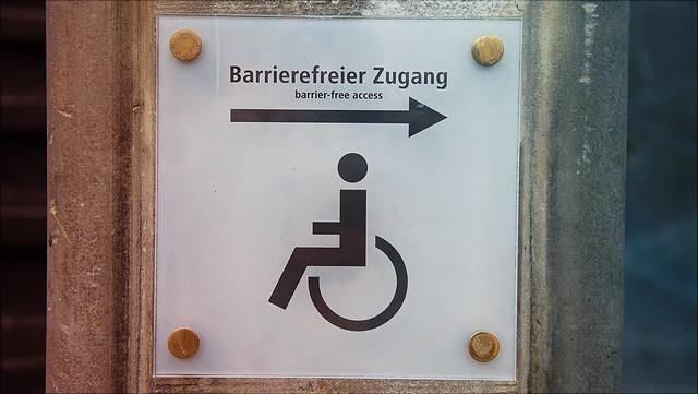 Schild, das auf einen barrierefreien Gebäudezugang hinweist