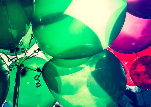 Bunte Luftballons von unten fotografiert