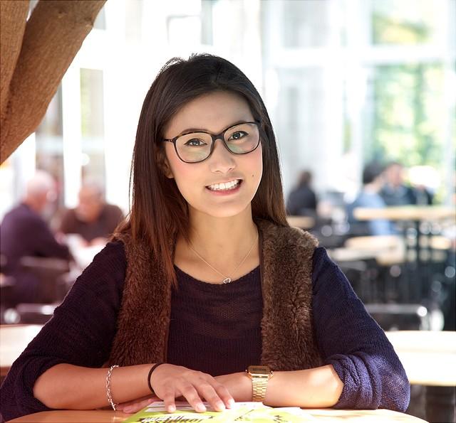 Lächelnde Studentin: Deutschlandstipendium an der Universität Hamburg