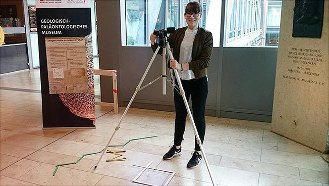 Samantha Brose bei der Untersuchung des Bodenbelages im City-Center Bergedorf