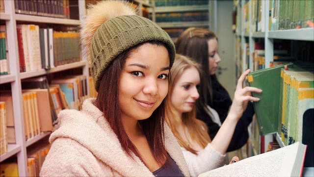 Studentinnen in Bibliothek