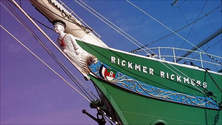 Ansicht der Rickmer Rickmers mit Galionsfigur im Hamburger Hafen