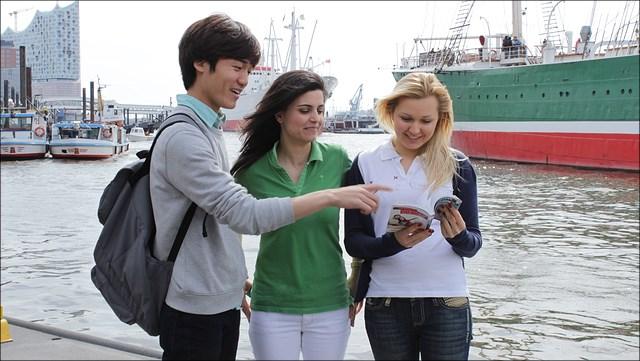 Studenten am Hafen
