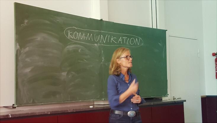 """Kommunikationscoach Diana Gaede beim Vortrag """"Kommunikation ist immer"""""""