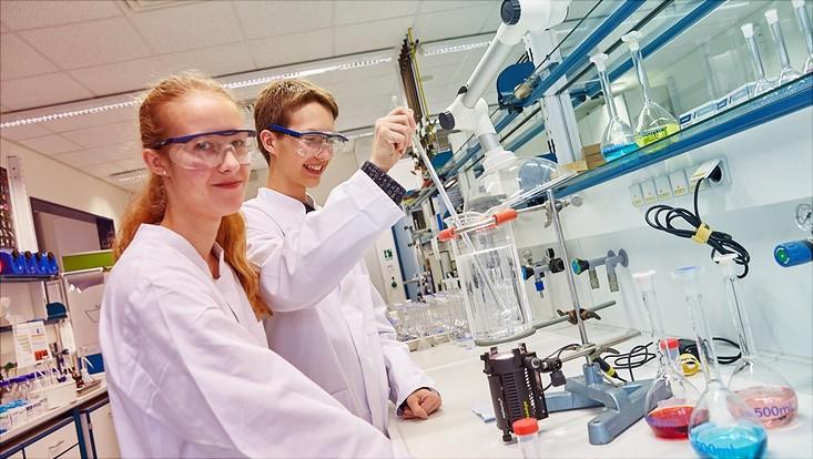 Schülerforschungszentrum: Zwei Jugendliche am Labortisch