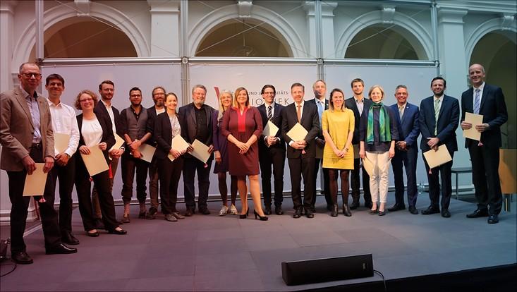 Gruppenbild der 19 Lehrenden, die mit dem Hamburger Lehrpreis ausgezeichnet wurden, mit Wissenschaftssenatorin