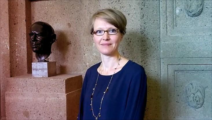 Dr. Christina Kuhli im Hauptgebäude der Universität Hamburg