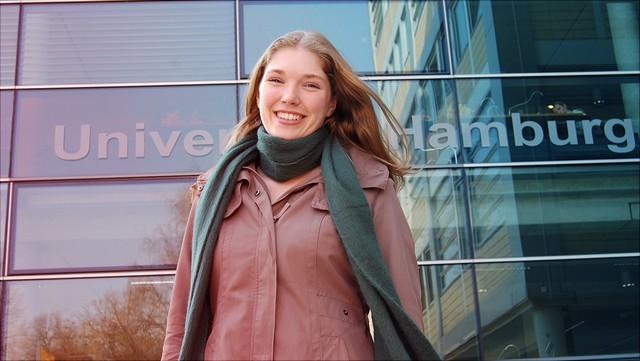 Studentin vor Bibliothek