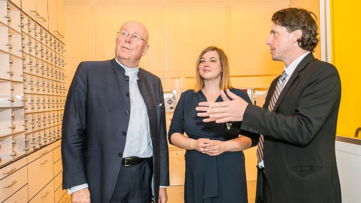 Univ.-Prof. Dr. Dieter Lenzen, Senatorin Katharina Fegebank und Geschäftsführender Direktor des Instituts für Nanostruktur- und Festkörperphysik Robert Blick im neuen Gebäude.