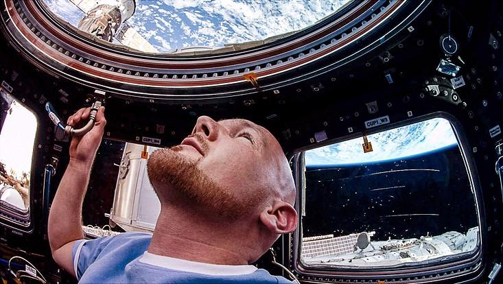 Alexander Gerst in der sogenannten Cupola der Raumstation ISS