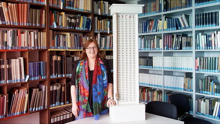 Prof. Dr. Kaja Harter-Uibopuu neben einer antiken Losmaschine