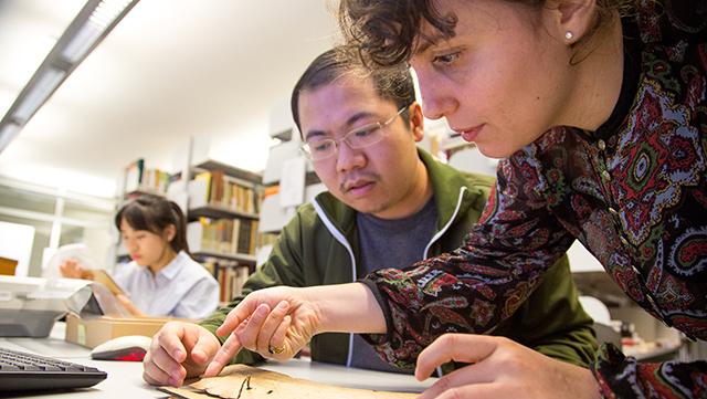 Junge WissenschaftlerInnen forschen an Manuskripten