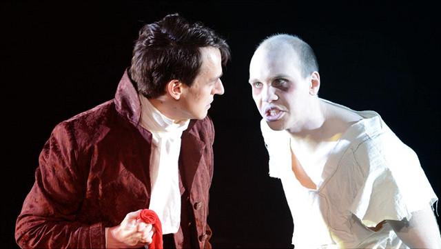 Zwei Schauspieler auf der Bühne