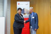 Begrüßen sich einander: Wissenschaftsministerin Frédérique Vidal und Vizepräsident Prof. Dr. Jan Louis