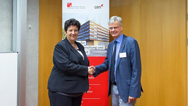 Begrüßen einander: Frankreichs Wissenschaftsministerin Frédérique Vidal und Prof. Dr. Jan Louis, Vizepräsident der Universität Hamburg