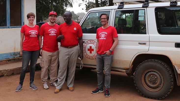 Das Forschungsteam der Universität Hamburg in einem Dorf in Uganda