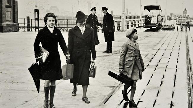 Eva und Peter, die Kinder des Komponisten Paul Dessau, mit ihrer Mutter Gudrun Dessau-Kabisch auf dem Schiffsanleger in Cuxhaven am Tag ihrer Abreise in die USA im Frühsommer 1939.