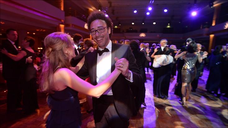 Ein Mann und eine Frau tanzen in Abendrobe