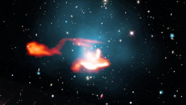 """Darstellung des Galaxiehaufens """"Abell 1033"""" mit dem Teleskop LOFAR."""