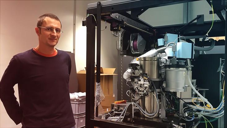 Prof. Dr. KAy Grünewald vor einem Elektronenmikroskop