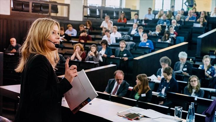 Dr. Claudia Schmitt auf dem Podium der HSDS