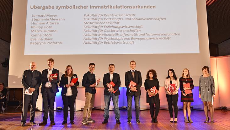 Dieter Lenzen, Katrin Greve und die acht Studierenden, die stellvertretend Immatrikulationsurkunden erhalten haben