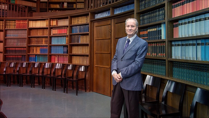 Prof. Dr. Martin Warnke im Lesesaal des Warburg-Hauses