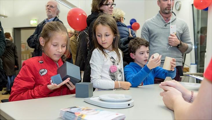 Das Gehirn und seine Sinnestäuschungen: Kinder raten das Gewicht von unterschiedlich großen Gegenständen