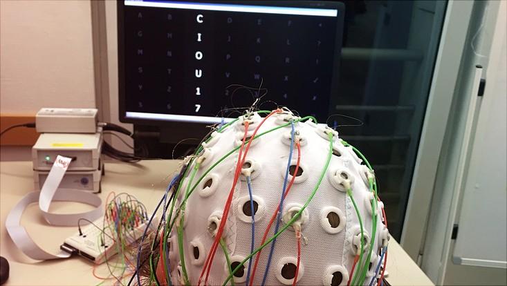 Hier werden Impulse am Kopf gemessen und Buchstaben am Monitor bestimmt