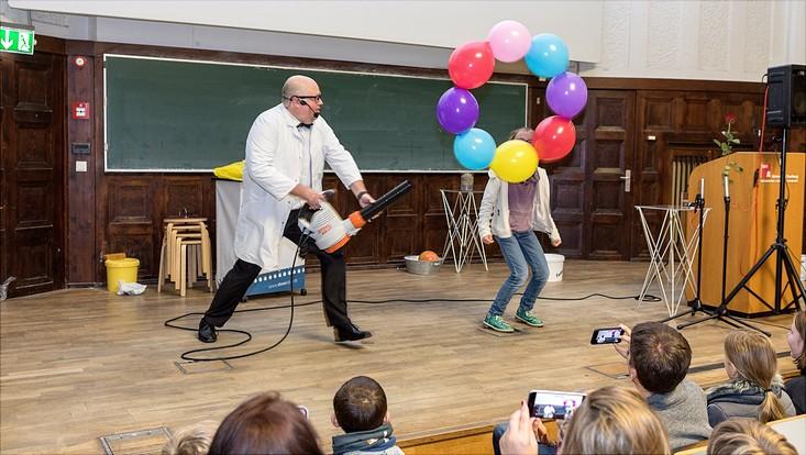 Ein Kranz aus Luftballons wird mittels Laubbläser im Kreis bewegt und in der Luft gehalten