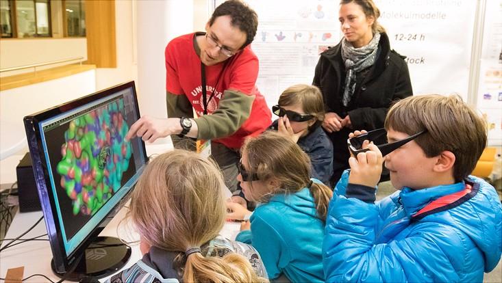 Wissenschaftler erklärt Kindern ein 3D-Modell