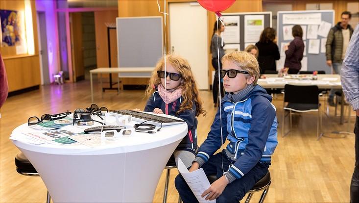 Zwei Kinder mit 3D-Brillen