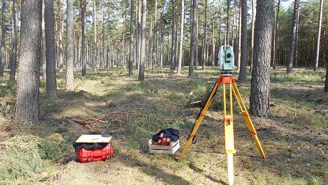Mithilfe von Luftbildern und Tachymetrie werden die Grabungsschnitte bestimmt