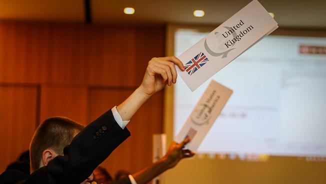 Internationale Studierende bei der Abstimmung mit Handzeichen