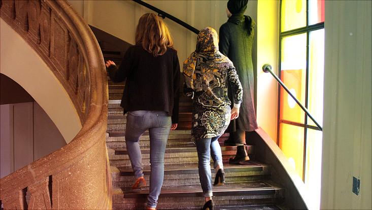 Drei Frauen auf der Treppe