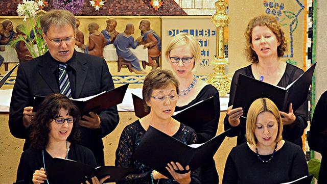 Chor mit Notenblättern