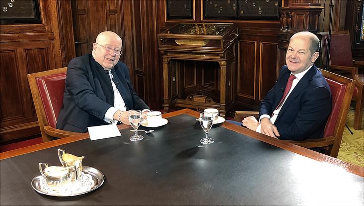 Universitätspräsident Prof. Dr. Dieter Lenzen im Gespräch mit dem Ersten Bürgermeister der Freien und Hansestadt Hamburg Olaf Scholz