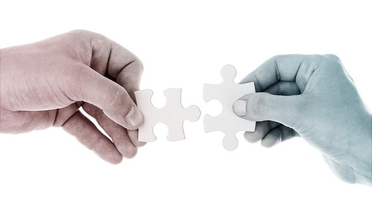 Passende Puzzlestücke werden zusammengefügt