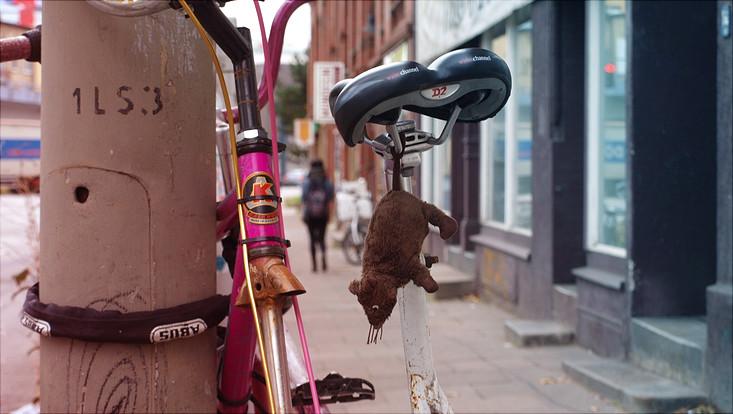 Fahrräder an einem Laternenpfahl
