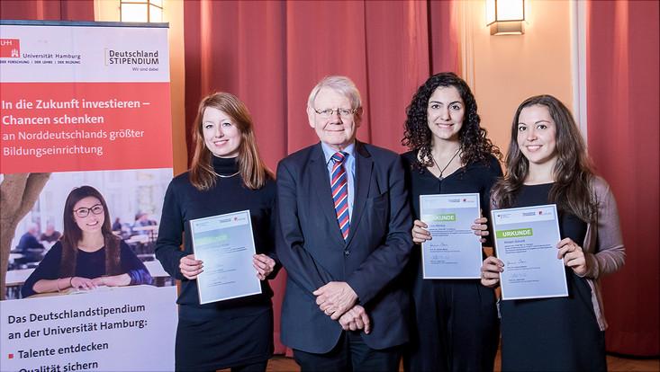 Prof. Dr. Götz Neuneck und die Stipendiatinnen des Fördervereins des Instituts für Friedensforschung und Sicherheitspolitik (IFSH)