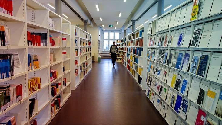 Flur in einer Bibliothek
