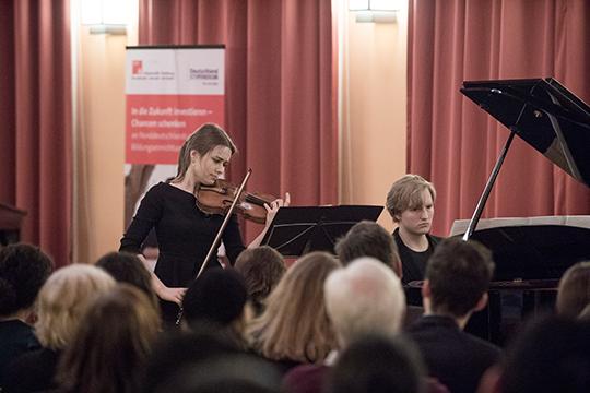 Die Musiker Darya Varlamova und Jonathan Zydek