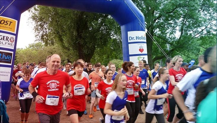 Läuferinnen und Läufer der Universität Hamburg im Ziel