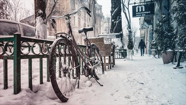Verschneite Straße in der Stadt