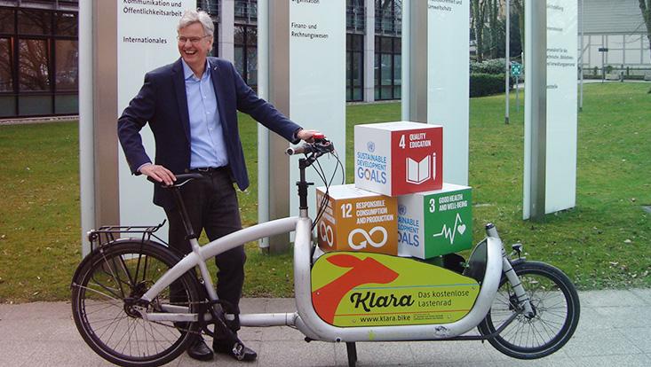 Vizepräsident Jan Louis testet das Lastenrad