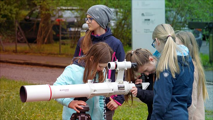Mädchen beim Girls Day an der Sternwarte
