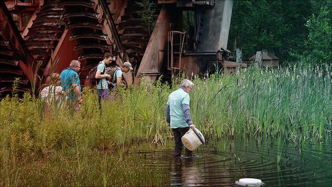 Menschen erkunden einen See
