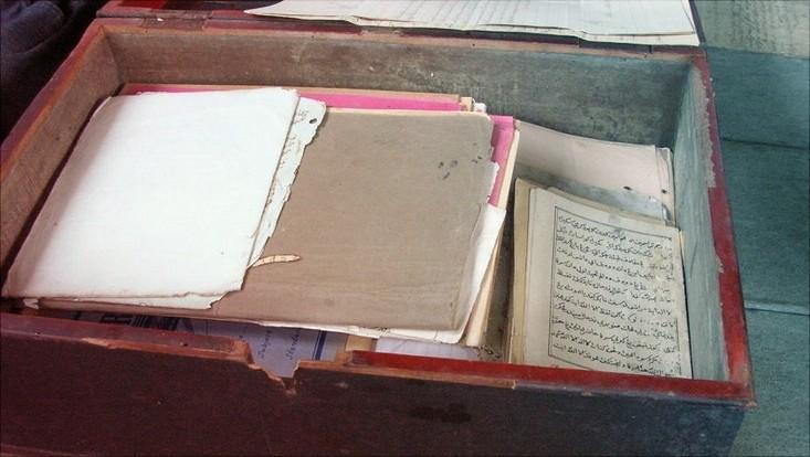 Box mit Handschriften aus Indonesien