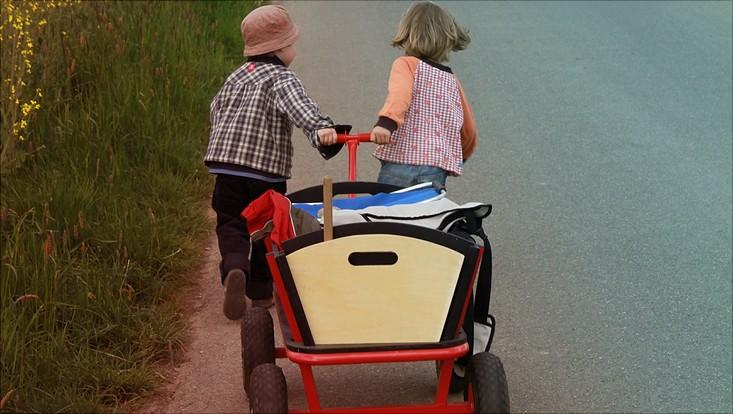 Kinder mit Wagen